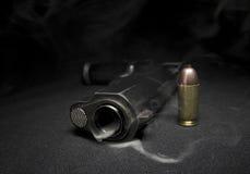 Arma y humo Imagen de archivo libre de regalías