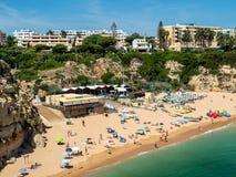 Armacao de Pera,葡萄牙- 2018年6月14日:在Armacao de附近的海滩 免版税库存照片