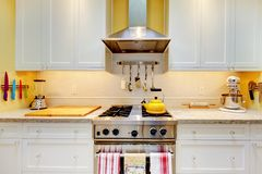 Armadi da cucina bianchi con la stufa ed il cappuccio. Fotografia Stock Libera da Diritti