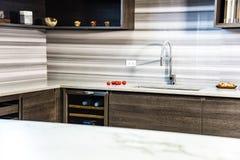 Armadi da cucina di Brawon con il controsoffitto bianco del granito della cucina Contro concetto immagini stock libere da diritti