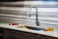 Armadi da cucina di Brawon con il controsoffitto bianco del granito della cucina Contro concetto fotografie stock libere da diritti