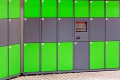 Armadi pubblici automatizzati verde all'aperto con l'esposizione dello schermo attivabile al tatto Terminale autonomo del pacchet Fotografia Stock