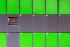 Armadi pubblici automatizzati verde all'aperto con l'esposizione dello schermo attivabile al tatto Terminale autonomo del pacchet Fotografia Stock Libera da Diritti