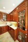 Armadietti della cucina, lavandino e controsoffitti di legno della cucina. Immagini Stock