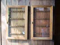 Armadietti di legno d'attaccatura, concetto d'annata fotografia stock libera da diritti