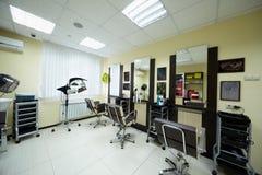 Armadietto di lavoro di parrucchiere nel salone di bellezza Immagini Stock Libere da Diritti