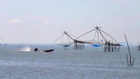 Armadilha local tradicional da pesca igualmente conhecida como a construção de Yor em Pakpra Phatthalung Tailândia perto de Thale video estoque