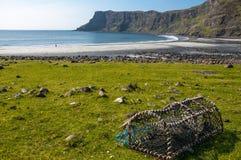 Armadilha vazia do marisco na praia abandonada, Talisker, Skye, Escócia imagem de stock
