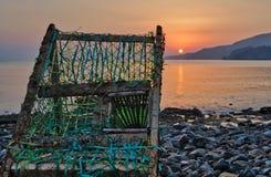 Armadilha velha, abandonada do ` s do pescador que testemunha o nascer do sol Foto de Stock