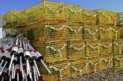 Armadilhas empilhadas da lagosta e uma pilha das boias Fotografia de Stock Royalty Free