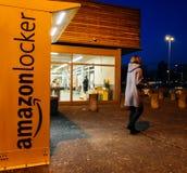 Armadio di Amazon con il cliente che va dopo il pacchetto della raccolta Fotografia Stock