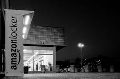 Armadio di Amazon nel deposito del supermercato del centro commerciale con grande parcheggio ed il du Fotografie Stock