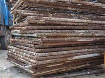 Armado com a demolição velha oxidada do andaime da construção Fotografia de Stock Royalty Free