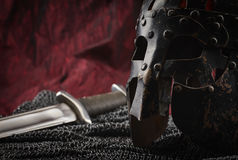 Armadura, casco y espada medievales Fotos de archivo