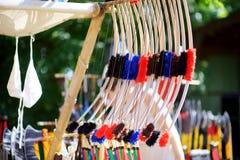 Armadura, cascos medievales y armas del juguete vendidos en parada del mercado durante el festival medieval anual, llevado a cabo fotos de archivo