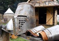 Armadura de las Edades Medias del metal en banco Imagenes de archivo