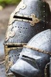 Armadura del caballero medieval Metal la protección del soldado contra el arma del opositor Fotos de archivo libres de regalías
