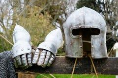 Armadura del casco antiguo y de dos guantes Fotografía de archivo