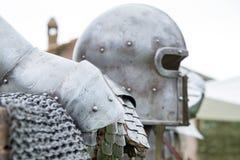 Armadura del casco antiguo y de dos guantes Fotos de archivo