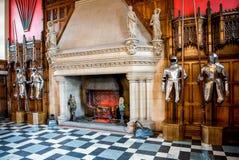 Armadura dos cavaleiros e uma grande chaminé dentro de grande salão no castelo de Edimburgo foto de stock royalty free