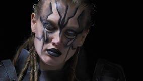 Armadura futurista en una mujer extranjera con los ojos y la pintura blancos de la cara, cierre para arriba almacen de video