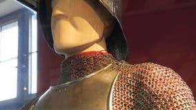 Armadura medieval del hierro de un caballero en un cierre del escaparate del museo encima de la visión almacen de video
