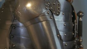 Armadura medieval del hierro de un caballero en un cierre del escaparate del museo encima de la visión metrajes