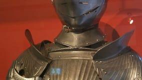 Armadura medieval do ferro de um cavaleiro em um fim da mostra do museu acima da vista video estoque