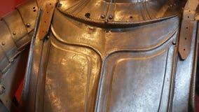 Armadura medieval do ferro de um cavaleiro em um fim da mostra do museu acima da vista filme