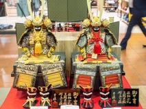 Armadura restaurada y de la reproducción del samurai en venta en Odaiba, Tokio, Japón imagenes de archivo