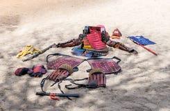 A armadura tradicional do samurai que encontra-se na areia para que tudo ver no Jerusalém do ` do festival do anuário Knights o ` fotografia de stock