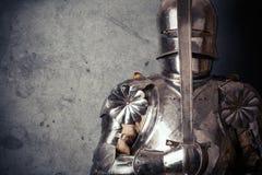 Armadura vestindo do cavaleiro Fotografia de Stock