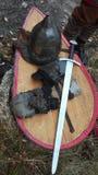 Armadura y armas medievales de un guerrero imagenes de archivo