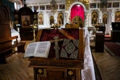 Armamentario di nozze della chiesa ortodossa - un incrocio e una bibbia sull'altare Fotografia Stock