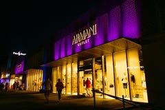 Armani-Ausgang lizenzfreie stockfotografie
