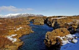 Armannsfell et l'eau bleue claire dans la crevasse d'Atlantique nord, Pingvellir, Islande Images stock