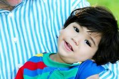 armar avlar den lyckliga s-litet barn royaltyfri bild
