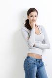 armar korsad sexig standing för kvinnlig Arkivbilder