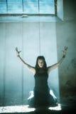 Armar lyftte den gotiska flickan Royaltyfri Bild