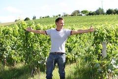 armar man sträckning av vingården Royaltyfri Foto