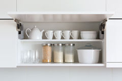 Armario abierto con artículos de cocina dentro Fotografía de archivo libre de regalías