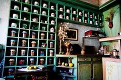 Armario con los tarros de atasco, de especias y de hierbas en un café acogedor Fotografía de archivo