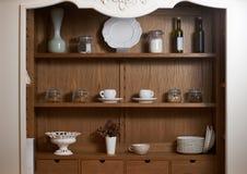 Armario de la cocina con servicio de mesa rústico agradable imágenes de archivo libres de regalías