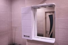 Armario en el cuarto de ba?o Estante con un espejo en el cuarto de ba?o detalles imágenes de archivo libres de regalías