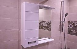 Armario en el cuarto de ba?o Estante con un espejo en el cuarto de ba?o detalles foto de archivo