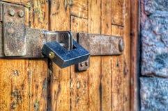 armario en una puerta marrón foto de archivo