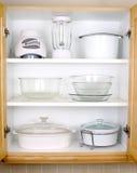 Armario organizado de la cocina imagenes de archivo