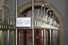 Armario sin llamar Ganchos de la capa del metal en el guardarropa imágenes de archivo libres de regalías