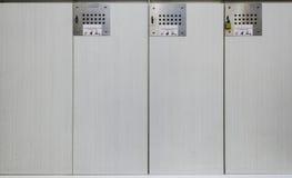 Armarios blancos en vestuario Fotos de archivo libres de regalías