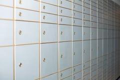 Armarios cerrados blancos de diversos tamaños en la pared Imagen de archivo libre de regalías